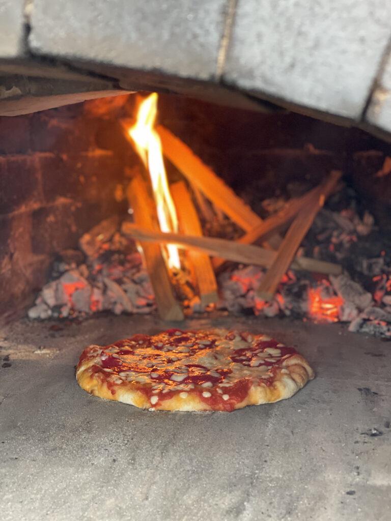 Isetehtud pizza ahjus küpsemas
