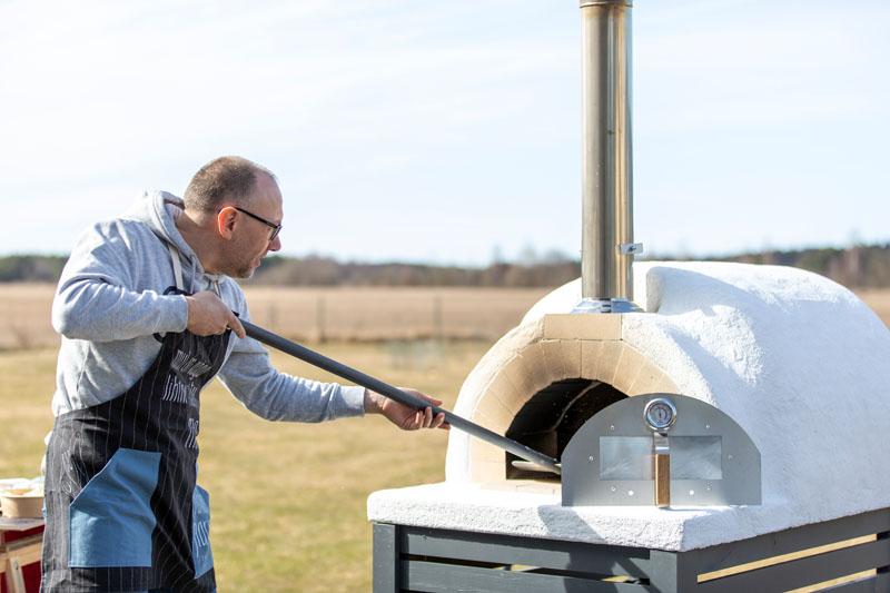 Kivist pitsaahi - puudega köetav, ratastel liigutatav